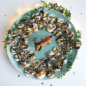 Aquafaba kerstkrans met salted caramel, chocolade en hazelnoot