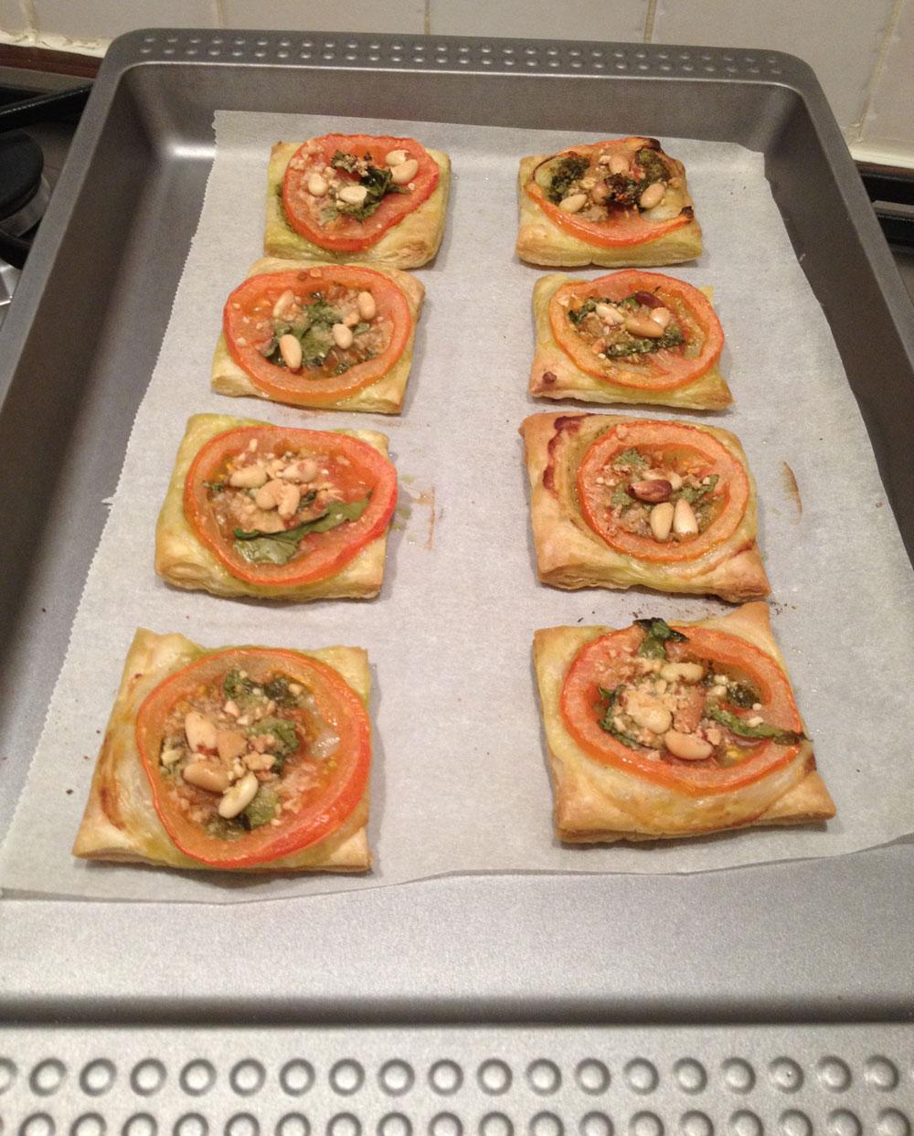Bladerdeeg hapjes met pesto en tomaat