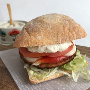 Broodje hamburger met bloemkool mayo