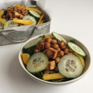 Boerenkoolsalade met tofu en kikkererwten