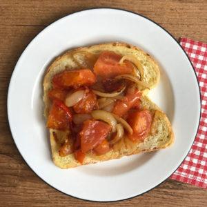 Broodje nostalgie: gebakken tomaat met ui