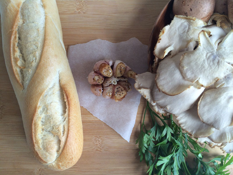 Bruchetta met paddenstoelen en geroosterde knoflook
