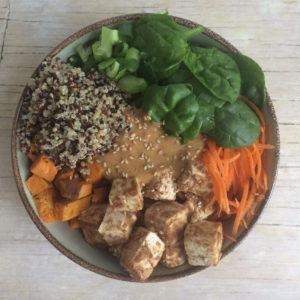 Buddha bowl met pinda tofu
