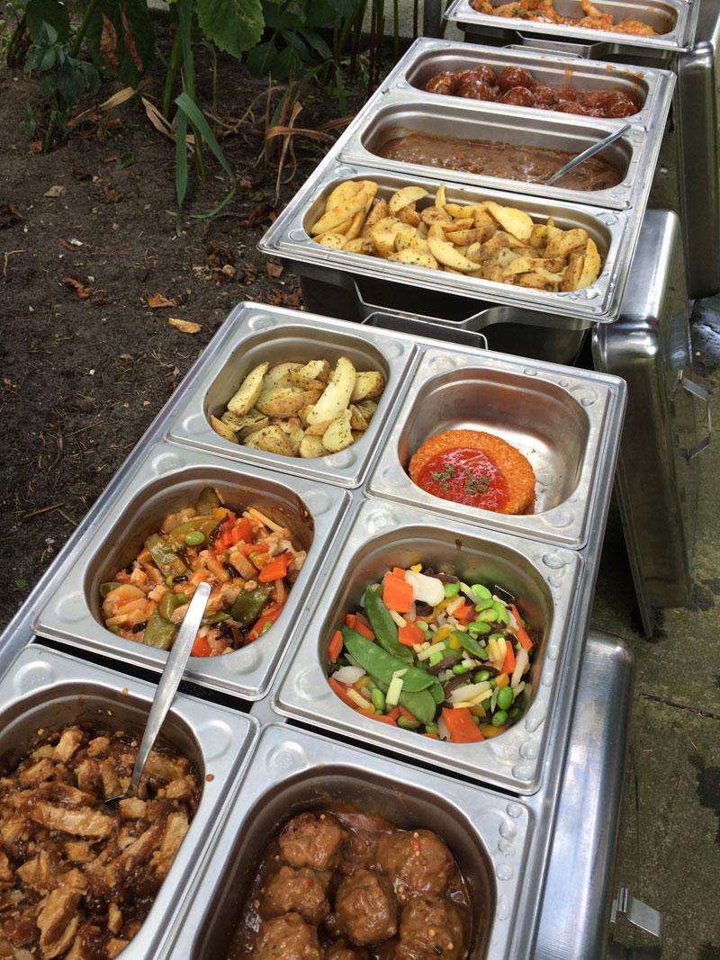 Het vega gedeelte van het buffet in een eigen opwarmschaal