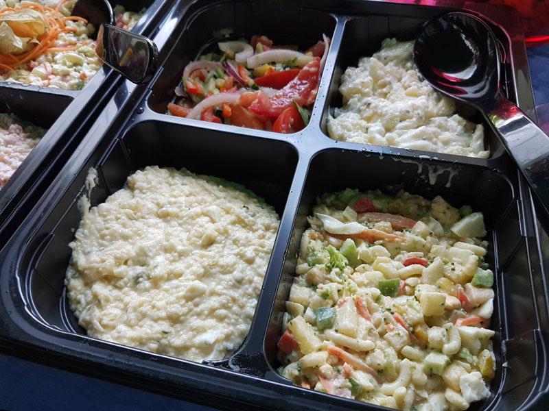 Dit gedeelte van de salades, in een aparte bak geserveerd, zijn vega. Ook hier weer: zo netjes dat dit gescheiden werd van de rest!