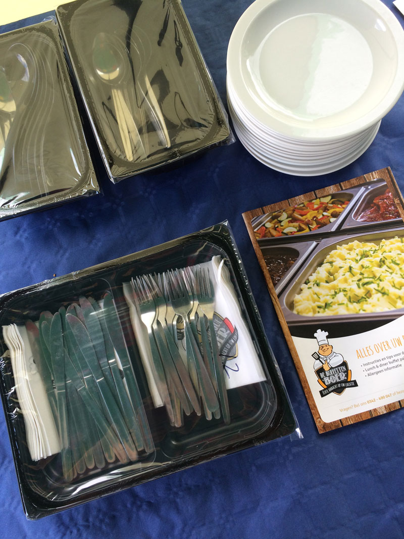 De meegeleverde borden, bestek, opscheplepels en servetten. Alles was hygienisch verpakt en superschoon!