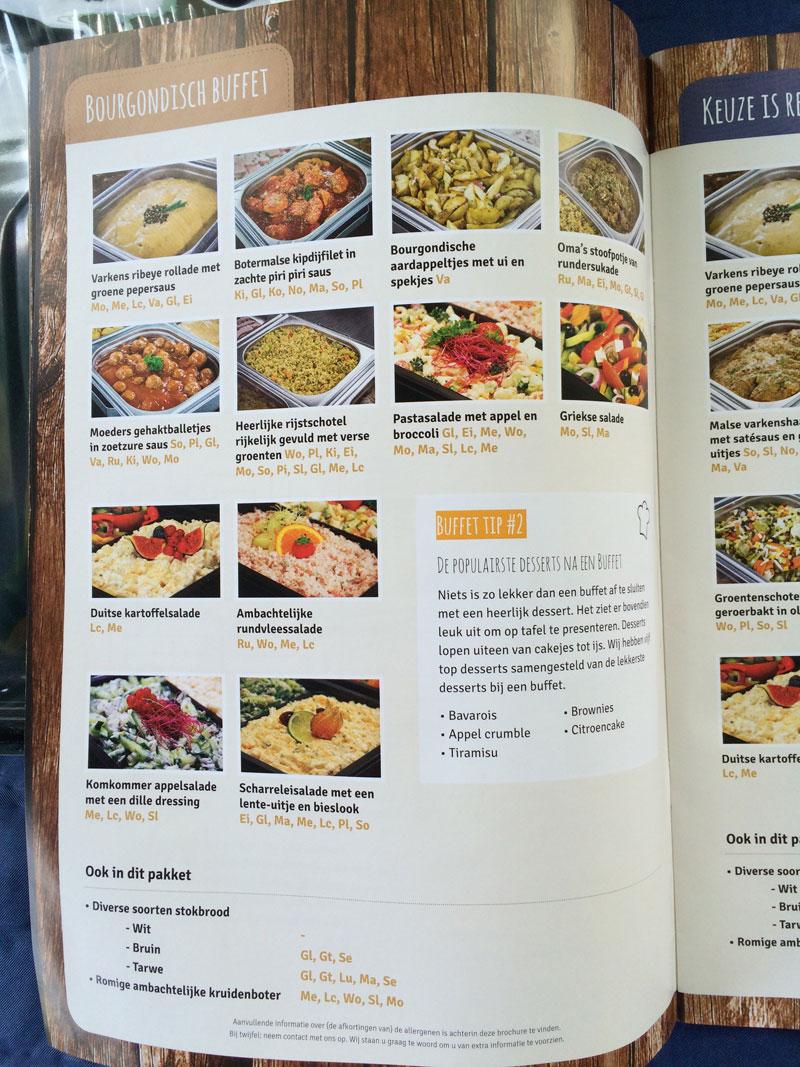 Uitleg van de gerechten van het buffet. Handig om er bij te houden zodat iedereen kan zien wat er op het menu staat!