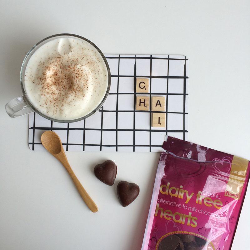 Lekker met een chocolaatje: deze vegan choco hartjes van Plamil, bijvoorbeeld. <3
