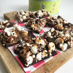 Chocolade pindakaas brokken met popcorn