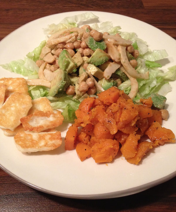 Detox salade met geroosterde zoete aardappel uit de oven en gebakken halloumi