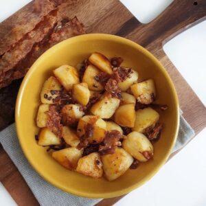 Gebakken aardappelen met vegan bacon en ui