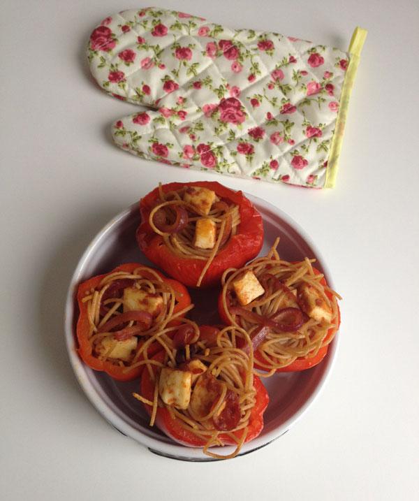 Geroosterde paprika's gevuld met spaghetti