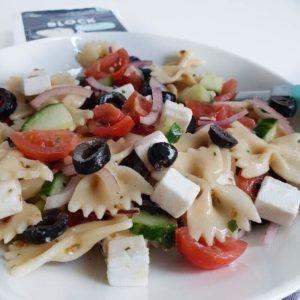 Griekse pastasalade met vegan Griekse kaas