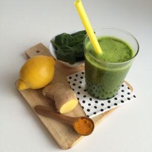 Groene smoothie met kurkuma en gember