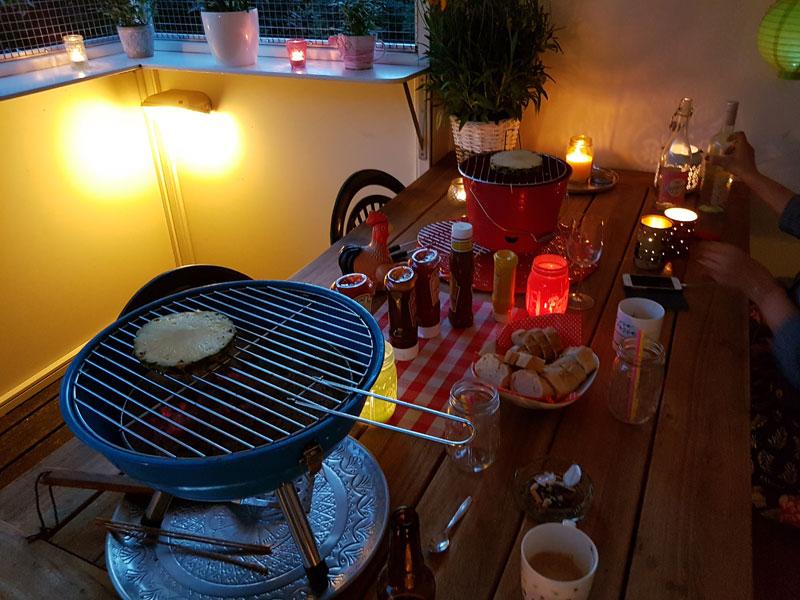 Na het heerlijke eten buiken we even uit, doen we de afwas en gaan dan aan de koffie met een heerlijk dessert van gegrilde ananas, hazelnoten, munt en kokos slagroom. Jammie! Het recept kun je hier vinden.