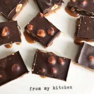 Koffie caramel slice met hazelnoten