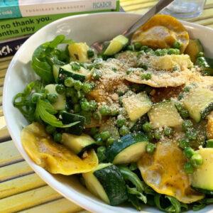 Gevulde pasta met plantaardige roomsaus en groenten