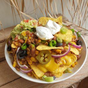 Vegan nachos met alles erop en eraan