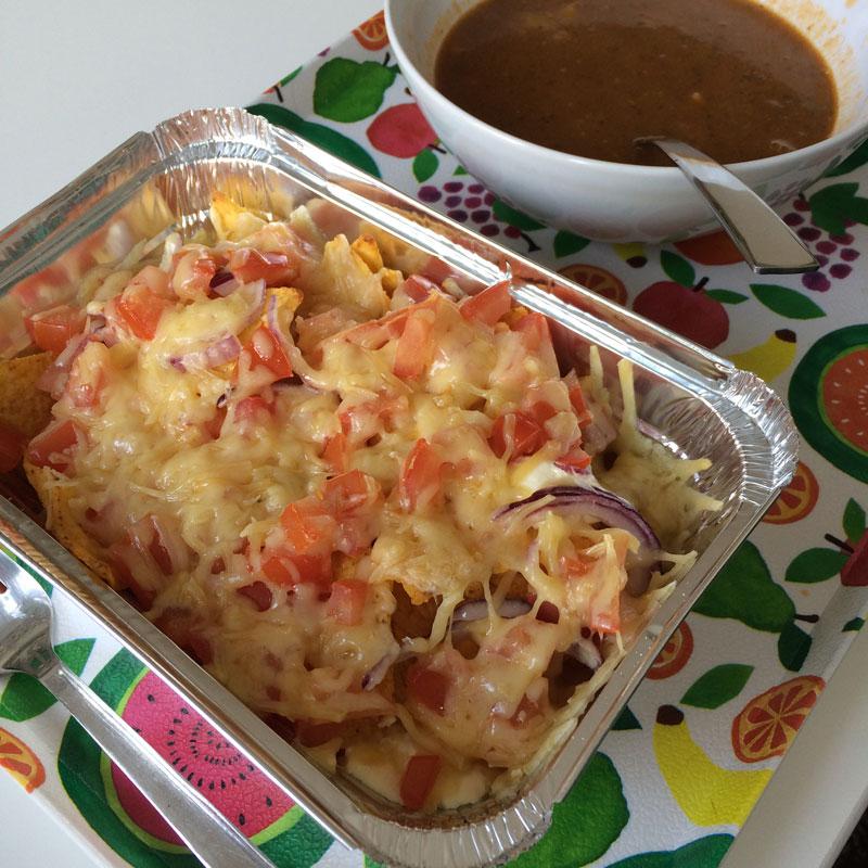 Nachos met kaas uit de oven en linzensoep