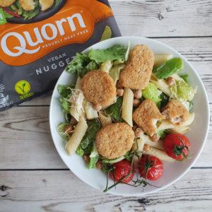 Caesar pasta salade met Quorn Vegan Nuggets