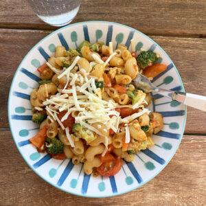 Pasta met rode pesto en groenten