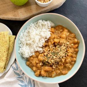 Pindacurry met bloemkool, kikkererwten en zoete aardappel