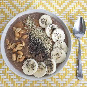 Pindakaas havermout ontbijt bowl