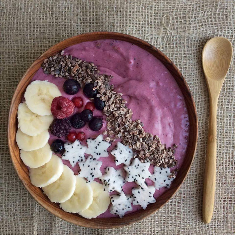 Pink açai smoothie bowl