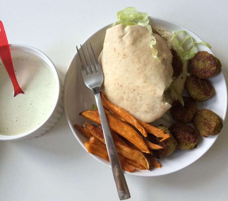 Pita falafel met patat van zoete aardappelen