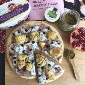 Pizza met hummus en kruidige geroosterde bloemkool