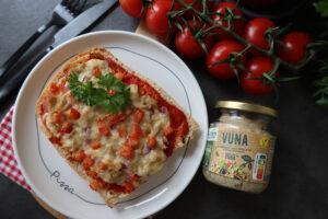 Pizzabroodjes met plantaardige tonijn, rode ui en vegan mozzarella