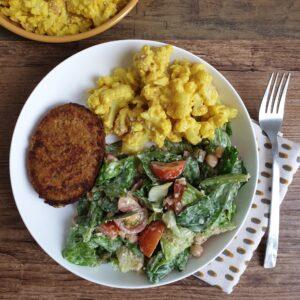 Plantaardige Caesar salad met bloemkool mac & cheese