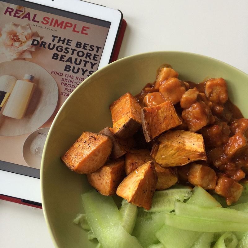 Quorn in satésaus, zoete aardappel en komkommer