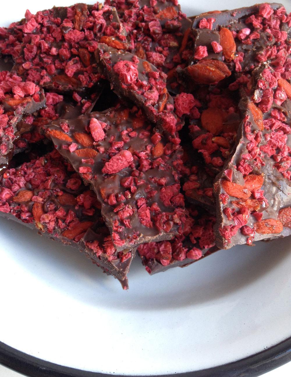 Raw chocolade met gojibessen en frambozen
