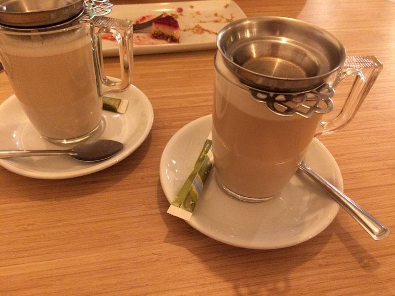 Een chai latte met gewone melk en eentje met amandelmelk