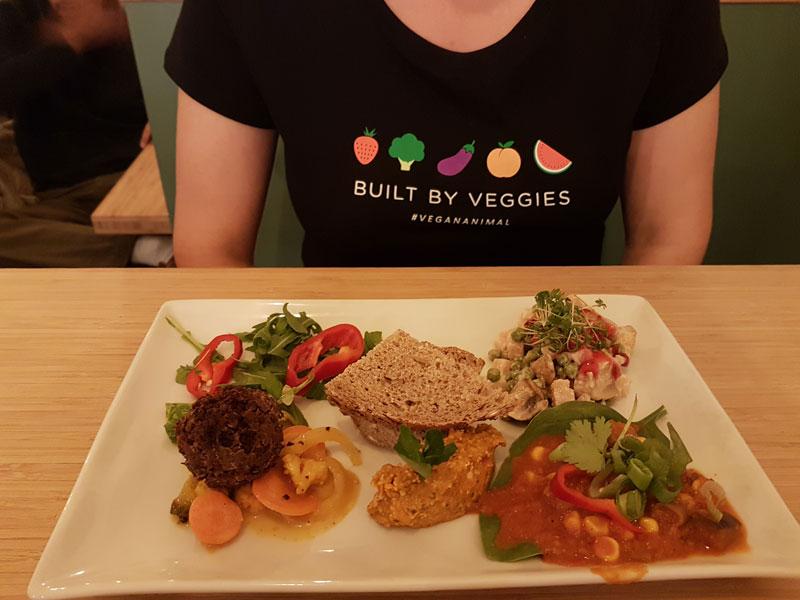 Ik in mijn mooie shirt achter een gruwelijk lekker bord vegan food <3