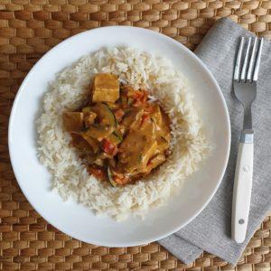 Rijst met groenten en tofu in satésaus