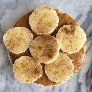 Rijstwafel met pindakaas en banaan