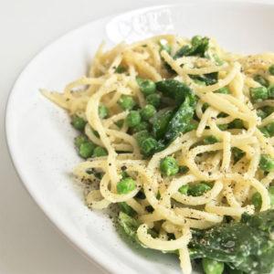 Romige spaghetti met erwten en spinazie