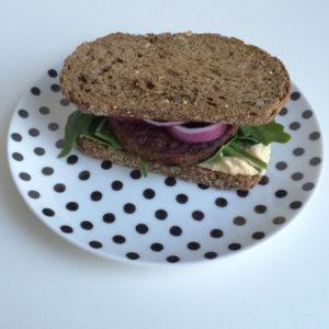Sandwich met vegaburger en hummus