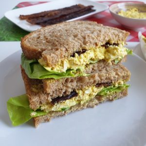 Sandwich met vegan eiersalade en bacon (video!)