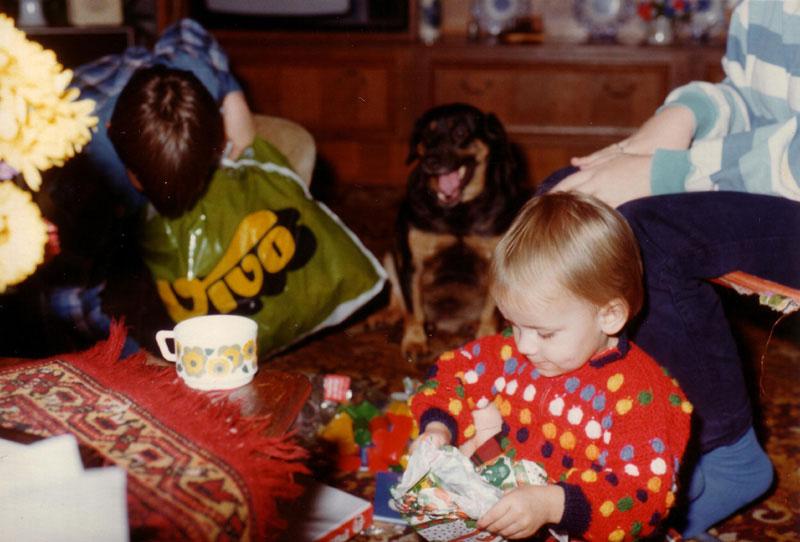 Met de familie inclusief onze lieve hond op Sinterklaasavond de cadeautjes uitpakken
