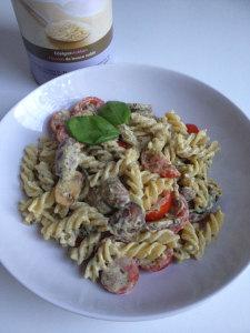 Pasta met roomkaas, tomaten en pesto