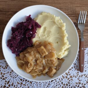 Tempeh hachee met aardappelpuree en rode kool