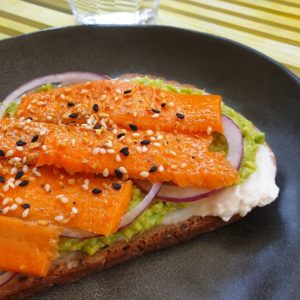 Toast met plantaardige roomkaas, avocado en wortelzalm