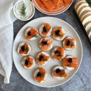 Toastjes met roomkaas, zalm en kaviaar (vegan!)
