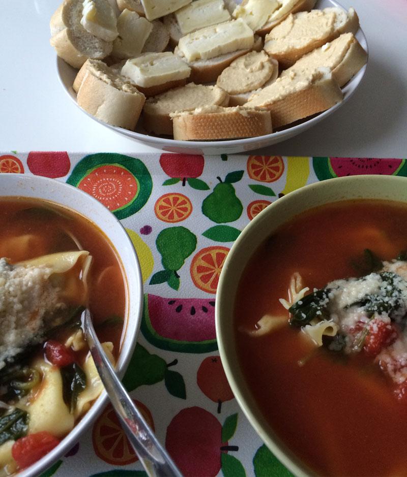 Tortellinisoep met stokbroodjes Franse kaas en hummus