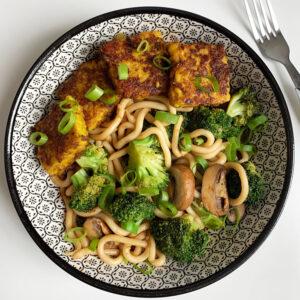 Udon noodles met broccoli en kastanjechampignons
