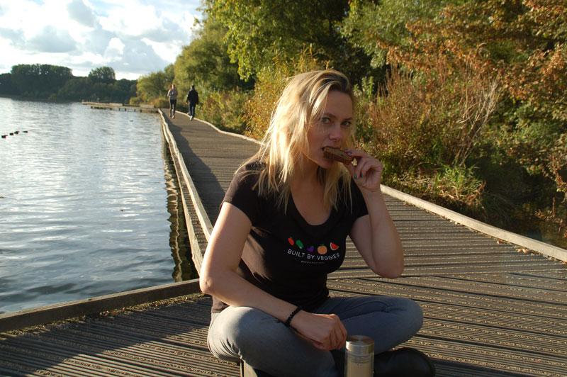 Tijdens een uitzonderlijk warme oktober middag zonder jas aan, in tof VeganAnimal shirt. Aan de mooiste plek van Rotterdam: de Kralingse Plek. <3
