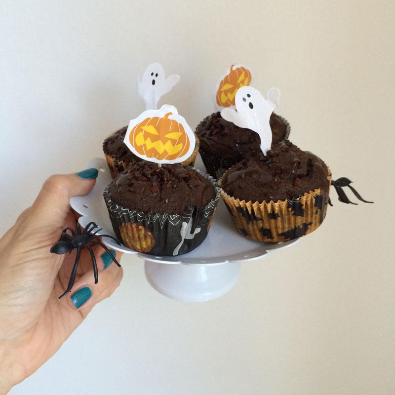 De muffins zijn gemaakt met hetzelfde beslag, maar dan met de cacao nibs door het beslag en meegebakken. Zo worden ze iets voller. Het glazuur is hier nog niet hard geworden.